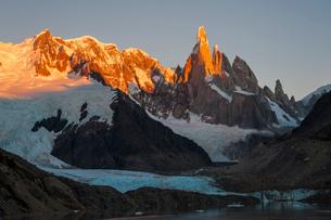 パタゴニアの針峰セロトーレが日の出に赤く染まるの写真素材 [FYI03225635]