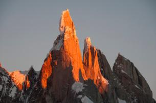 パタゴニアの針峰セロトーレの山頂部が日の出に赤く染まるの写真素材 [FYI03225637]