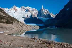 パタゴニアの針峰セロトーレと氷河湖の写真素材 [FYI03225639]
