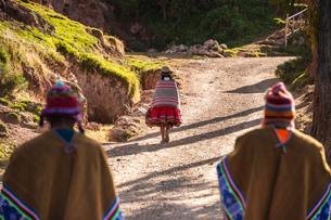 ペルー・ウルバンバのケチュア族の民族衣装の写真素材 [FYI03225641]