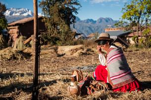 ペルー・ウルバンバのケチュア族が神様に祈りと酒を捧げるの写真素材 [FYI03225642]