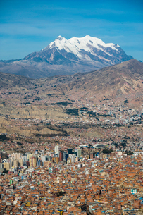 ボリビアの首都ラパスとアンデスの霊峰イリマニの写真素材 [FYI03225643]