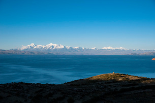 チチカカ湖の「太陽の島」から望むアンデス山脈とインカの祠アパチータの写真素材 [FYI03225646]