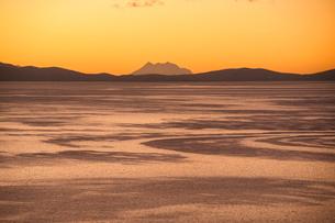 チチカカ湖の「太陽の島」の段々畑から望むアンデスの霊峰イリマニの写真素材 [FYI03225647]