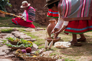 ペルー・ウルバンバの先住民ケチュア族の手織物の実演の写真素材 [FYI03225652]