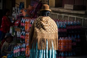 ボリビア先住民アイマラ族の民族衣装の写真素材 [FYI03225654]