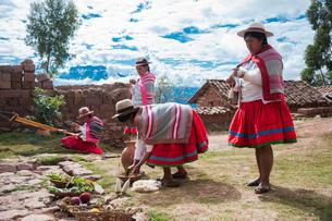 ペルー・ウルバンバの先住民ケチュア族の手織物の実演の写真素材 [FYI03225656]