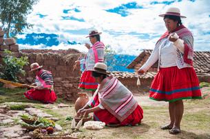 ペルー・ウルバンバの先住民ケチュア族の手織物の実演の写真素材 [FYI03225657]