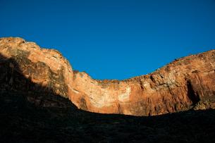 グランドキャニオンの岸壁に照る朝日の写真素材 [FYI03225829]