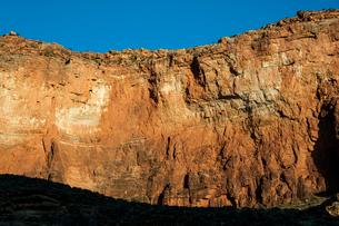 グランドキャニオンの岸壁に照る朝日の写真素材 [FYI03225834]