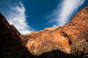 グランドキャニオンの岸壁に照る朝日の写真素材 [FYI03225880]