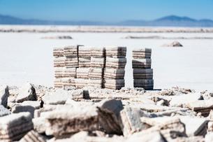 ウユニ塩湖の採塩場の写真素材 [FYI03225946]