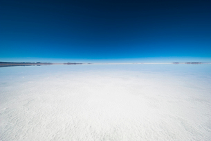 鏡張りのウユニ塩湖の写真素材 [FYI03225947]