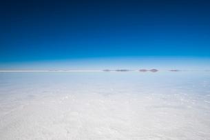 鏡張りのウユニ塩湖の写真素材 [FYI03225949]