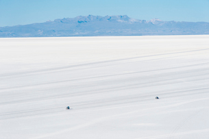 ウユニ塩湖を走る車の写真素材 [FYI03225953]