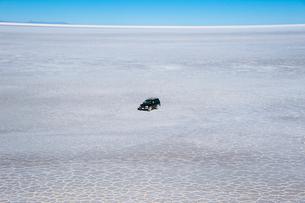 ウユニ塩湖を走る車の写真素材 [FYI03225956]