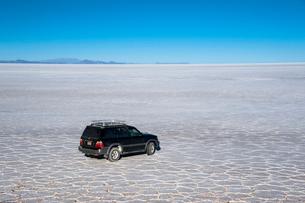 ウユニ塩湖を走る車の写真素材 [FYI03225957]