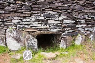 オロンゴ儀式村の住居跡の入口の写真素材 [FYI03225987]