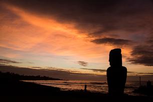 ハンガロア村のモアイと夕日の写真素材 [FYI03225998]