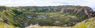 イースター島のラノカウ火口湖の写真素材 [FYI03226000]