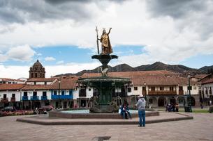 アルマス広場:インカ皇帝パチャクティの銅像の写真素材 [FYI03226010]