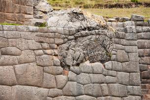 タンボ・マチャイ遺跡の精巧な石組みの写真素材 [FYI03226012]