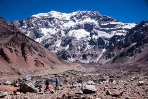 南米最高峰アコンカグア南壁と登山者の写真素材 [FYI03226032]