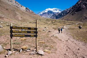 南米最高峰アコンカグア南壁とオルコネス谷の写真素材 [FYI03226042]