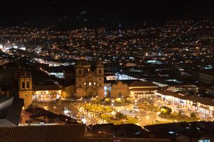 クスコ歴史地区・アルマス広場の夜景の写真素材 [FYI03226047]
