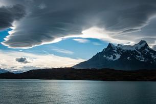 パタゴニアの「つるし雲」とパイネ山群の写真素材 [FYI03226098]