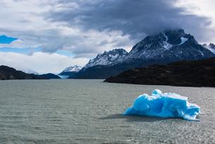 パタゴニアのグレイ氷河とパイネ・グランデ峰の写真素材 [FYI03226106]