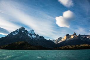 パイネ国立公園ののグランデ峰とクエルノ峰の写真素材 [FYI03226110]