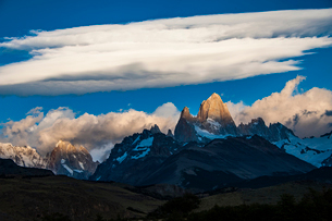 パタゴニアの名峰フィッツロイと雲の写真素材 [FYI03226116]