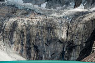 トーレス・デル・パイネ峰の岸壁の写真素材 [FYI03226118]