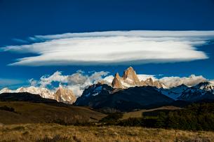 パタゴニアの名峰フィッツロイと雲の写真素材 [FYI03226120]