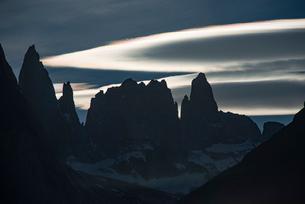 パタゴニアの岩峰トーレス・デル・パイネと彩雲の写真素材 [FYI03226124]