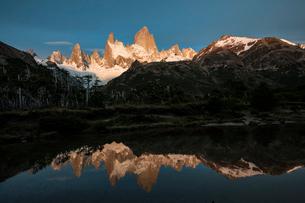 湖面に反射するパタゴニアの名峰フィッツロイの朝日の写真素材 [FYI03226126]