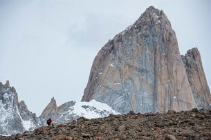 パタゴニアの名峰フィッツロイを歩く登山者の写真素材 [FYI03226130]