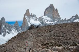 パタゴニアの名峰フィッツロイを歩くハイカーの写真素材 [FYI03226132]