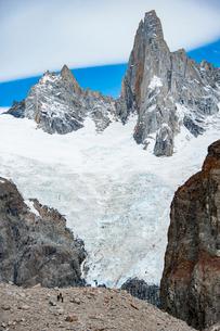 パタゴニアのフィッツロイ山麓:ポインセノット峰を目指して歩くの写真素材 [FYI03226141]