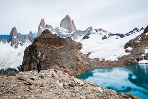 パタゴニアの名峰フィッツロイと登山者の写真素材 [FYI03226144]