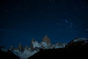 パタゴニアの名峰フィッツロイと星空の写真素材 [FYI03226147]