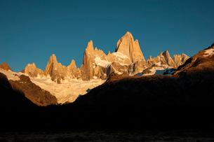 パタゴニアの名峰フィッツロイの朝日の写真素材 [FYI03226148]