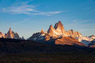 パタゴニアの朝日:フィッツロイ峰とセロトーレ峰の写真素材 [FYI03226149]