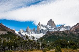 パタゴニアの名峰フィッツロイと雲の写真素材 [FYI03226150]