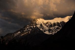 パタゴニア・パイネ山群:グランデ峰の朝日の写真素材 [FYI03226152]