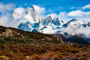 パタゴニアの名峰フィッツロイと雲の写真素材 [FYI03226156]