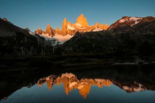 パタゴニアの名峰 フィッツロイの朝日の写真素材 [FYI03226162]