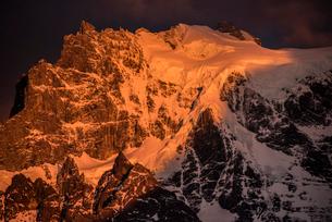 パイネ国立公園 グランデ峰の山頂の朝日の写真素材 [FYI03226174]