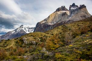 パタゴニア・パイネ国立公園のクエルノ峰とグランデ峰の写真素材 [FYI03226179]